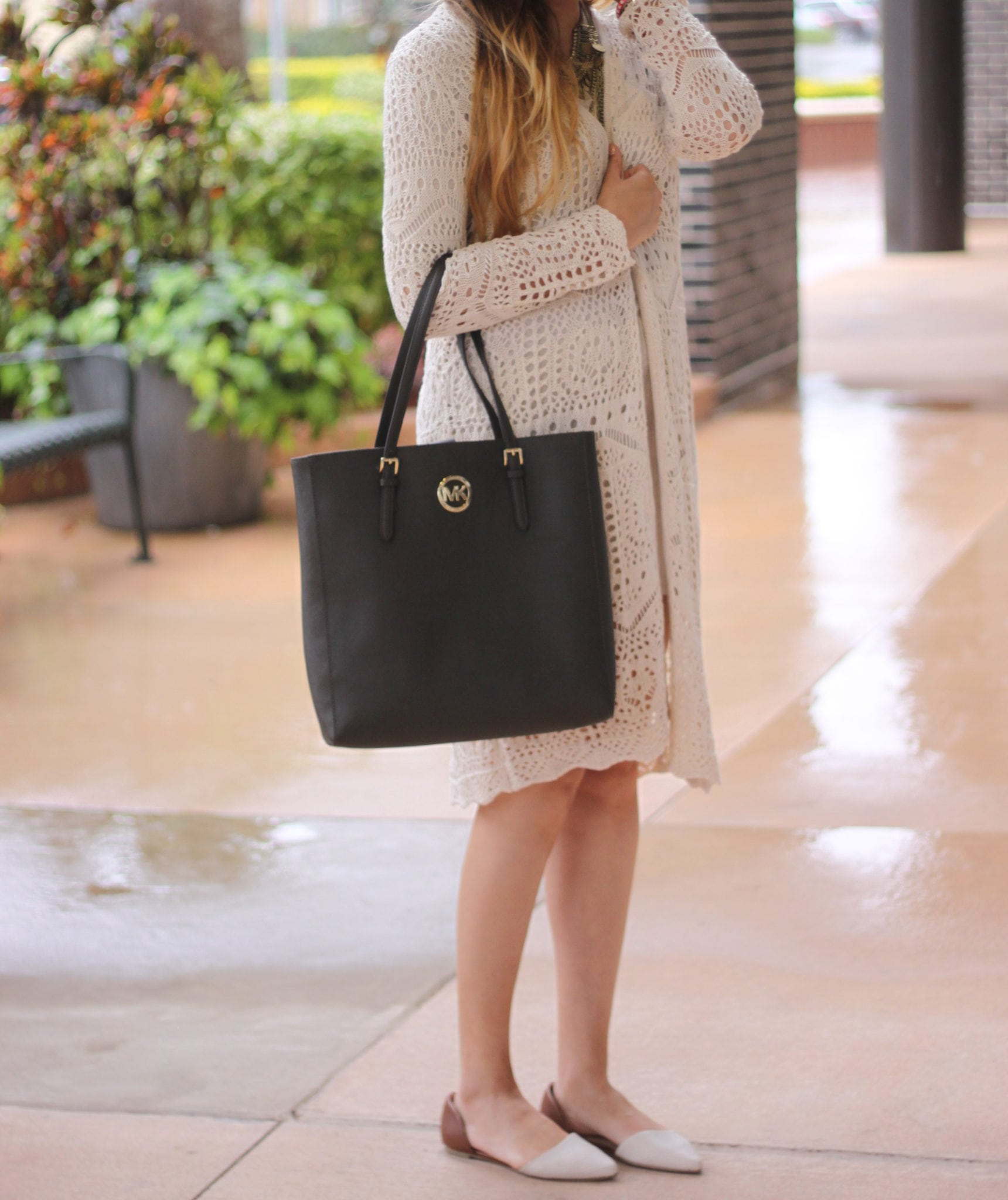 Mash Elle beauty blogger naturals neutral colors fashion | nude cardigan | black purse