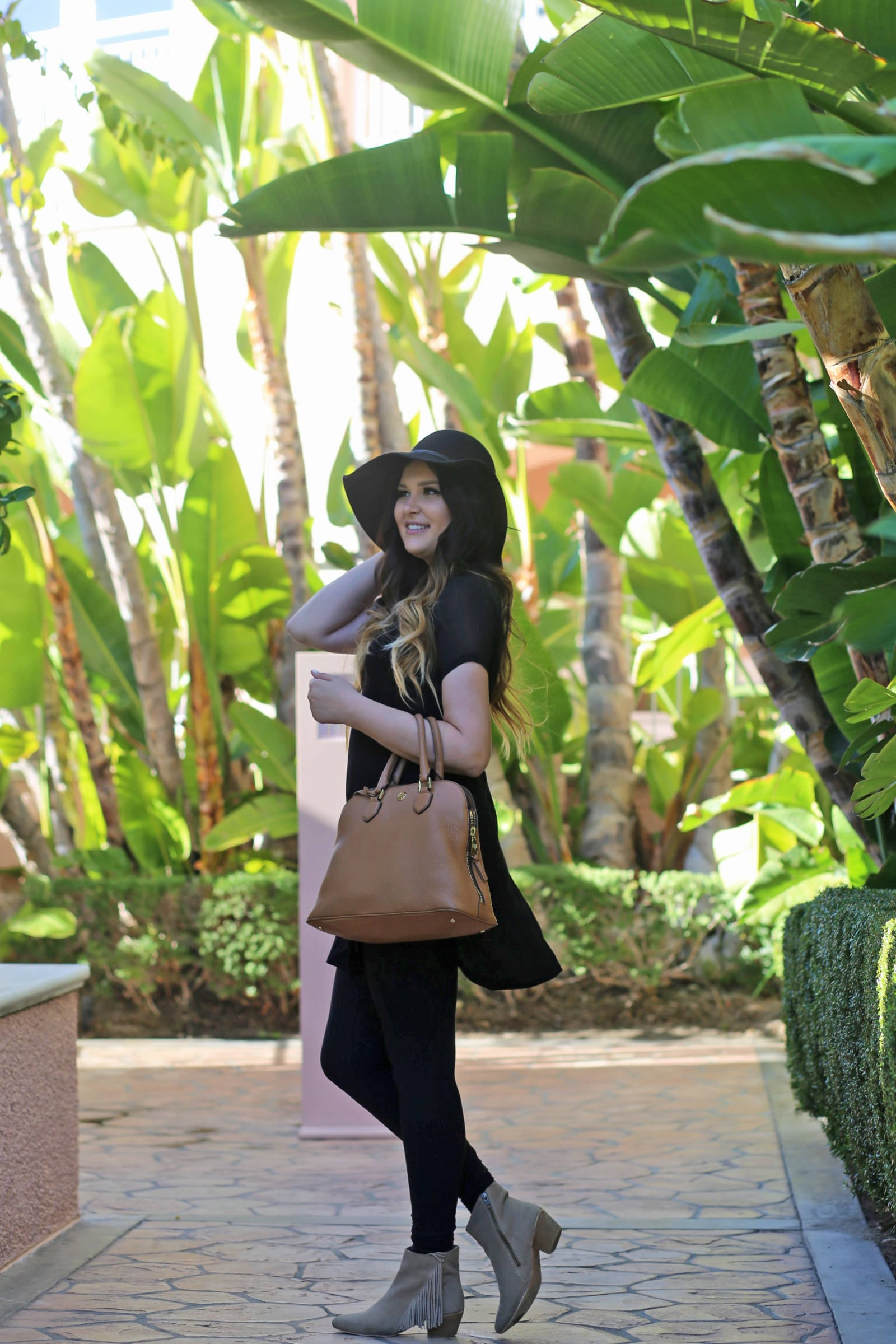 winter-black-on-black-look-mash-elle | best-hotels-in-beverly-hills | Beverly Hills | travel | beauty blogger Mash Elle | palm trees