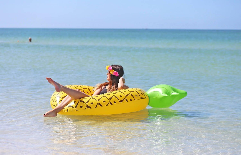Mash Elle lifestyle blogger | St. pete beach | beauty blogger Mash Elle | black hat | plants | beach house | float