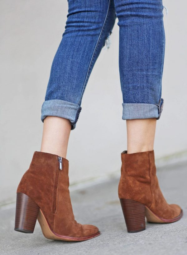 Mash Elle blogger wears comfortable boots brown boots