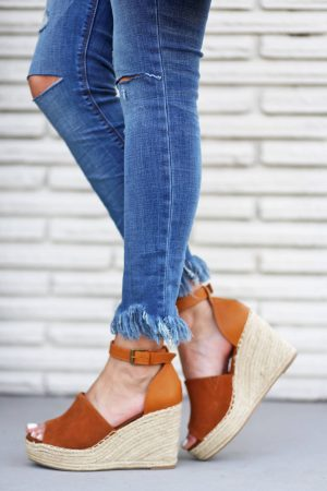 Mash Elle beauty blogger | frayed jeans | light wash jeans | jeans outfit | wedges | bucket purse