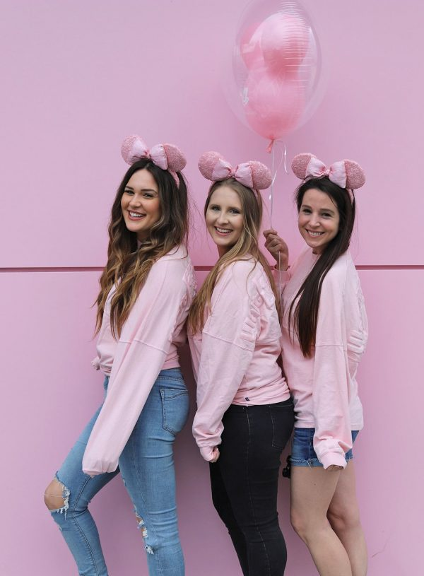 disney magic kingdom trip with best friends Mash elle beauty blogger matching pink shirts pink minnie ears pink balloon