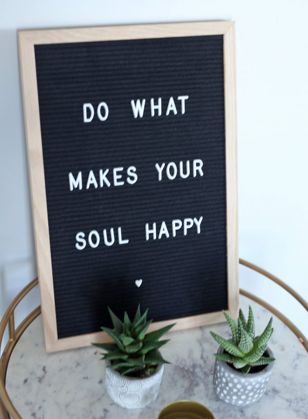 Mash Elle lifestyle blogger | home decor | calm home | cute home decor | board decoration| succulents | gold accents